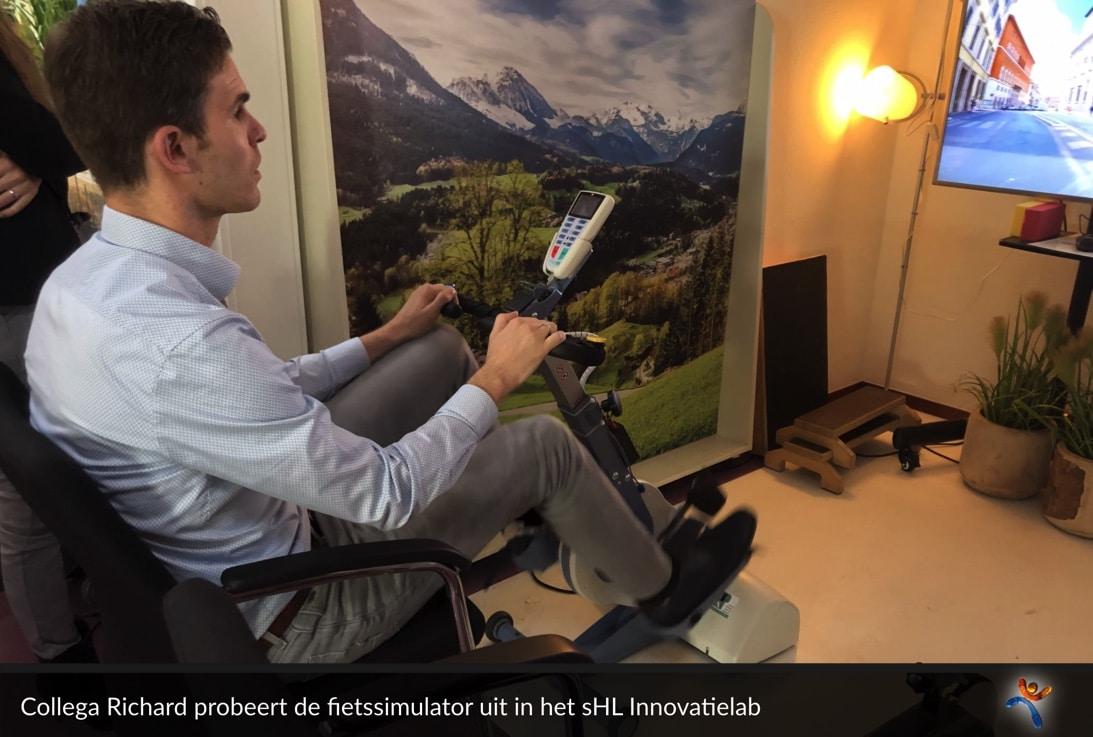 Een DiVetro-collega probeert één van de bijzondere simulators in het innovatielab van 's Heeren Loo, waarmee meervoudig gehandicapten in staat worden gesteld om bijvoorbeeld een virtuele fietstocht te maken